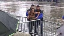11-Novembre: des Femen forcent le passage du convoi de Donald Trump