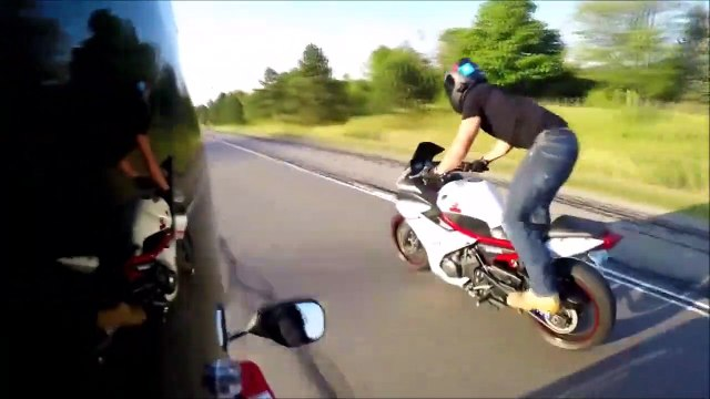 Ce motard fait le kéké et va le regretter