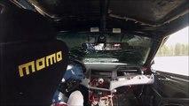 En pleine course ce pilote de rallye se retrouve avec le capot sur le pare-brise