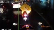 Son KWay coincé dans la roue d'une moto elle tombe à la renverse !