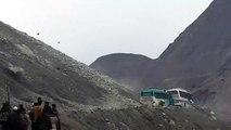 Un bus se retrouve piégé sous une pluie de rochers sur une route de montagne