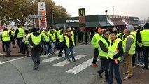 Gilets jaunes : Aux Herbiers, les manifestants bloquent les grandes surfaces en traversant la route