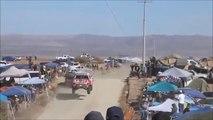 Un 4x4 se retrouve à contresens pendant le rallye-raid Baja 1000