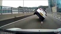 Un automobiliste se fait doubler par une voiture sur 2 roues... Dingue