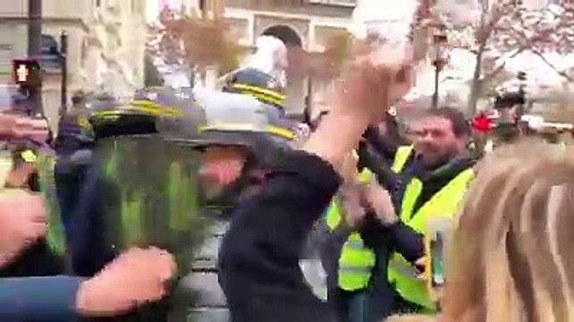 La police décide de laisser passer les gilets jaunes sur les Champs-Elysées.