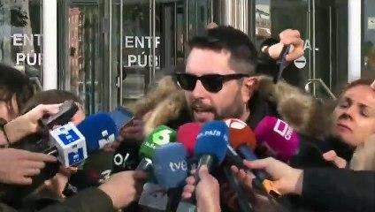 """Gritos a Dani Mateo tras declarar por sonarse con la bandera: """"Malnacido"""", """"desgraciado"""", """"tenías que irte de España"""""""