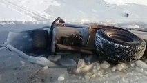 Ce russe a voulu traverser un lac gelé en voiture... Raté!