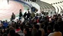 Un supporter de l'AEK Athènes lance un cocktail Molotov sur les supporters de l'Ajax Amsterdam