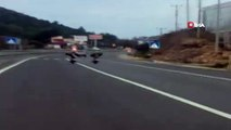 Tehlikeli hareketler ile canlarını hiçe saydılar...Motosiklet sürücülerinin yürekleri ağza getiren yolculuğu kamerada