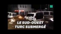 Des pluies diluviennes emportent les voitures dans les rues de Bodrum, en Turquie