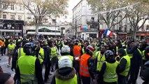 Les motards des gilets jaunes protègent la mairie