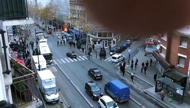 Gilets jaunes: Blocage d'un lycée à Aubervilliers en Seine-saint-Denis - L'entrée du bâtiment incendiée
