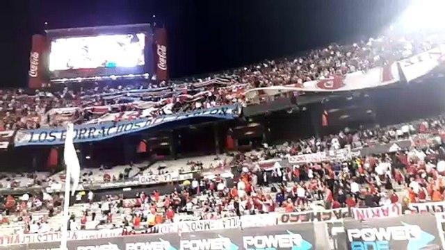 Los hinchas de River repudiaron a la barra en su ingreso al estadio