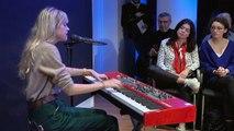 """Angèle chante en live """"Tout oublier"""" sur Europe 1"""