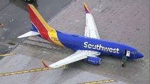 Flugzeug schießt in Kalifornien über Landebahn hinaus