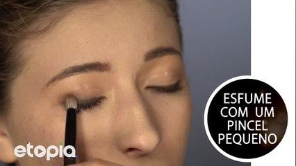 Faz uma maquiagem olho preto esfumado.