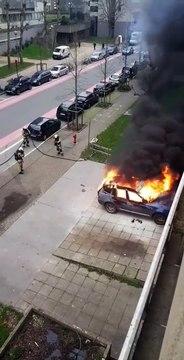 Une voiture incendiée en marge de la manifestation des Gilets jaunes à Bruxelles