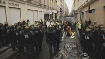 """Policía de Francia detiene a unos 1.400 """"chalecos amarillos"""" en protestas"""
