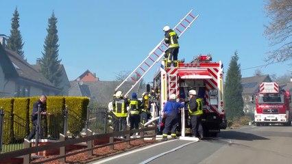 Feuerwehr rettet Haus vor Feuer und Wasser in Gummersbach (NRW)