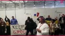 """""""Que voulons nous ? La justice climatique"""" : manifestation des militants après avoir été expulsés de la la conférence sur le climat."""