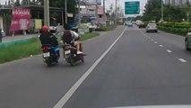 Quand 2 hommes en scooters se donnent des coups de pied, ça termine mal