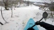 Une descente sympa sur la neige avec un kayak
