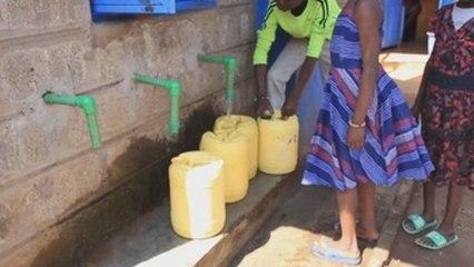 El agua potable que cae del cielo en el suburbio keniano de Kibera