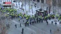 Champs-Élysées : les forces de l'ordre laissent passer les gilets jaunes