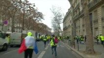 Les gilets jaunes se dispersent dans Paris pour manifester