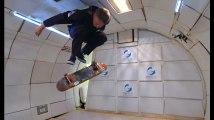 Le skateur Tony Hawk défie la gravité zéro