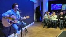 """David Hallyday chante en live """"Ma dernière lettre"""" sur Europe 1"""