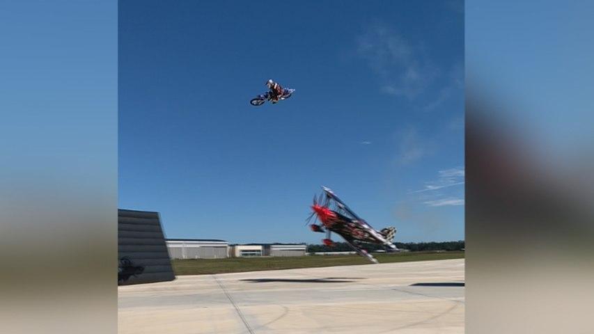 Salta sobre una avioneta con su moto