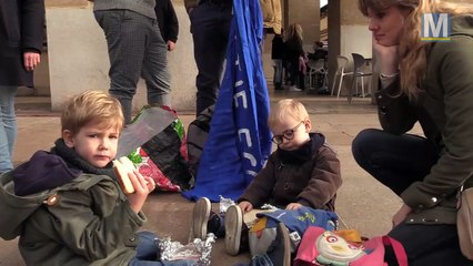 Aides maternelles et parents d'eleves ensemble devant la mairie de Marseille