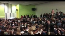 Cris de joie à l'université de Nanterre après le vote pour un blocage reconductible