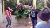 Cette fille a peur d'un dinosaure et sa mère veut la convaincre sa fille de faire une photo de famille avec un vélociraptor !