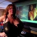Cette femme au seins énormes va vous impressionner, rien ne lui résiste.