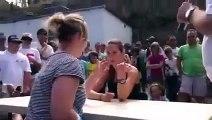 Elle se fait casser le bras pendant un concours de bras de fer alors qu'elle a dejà un bras dans le plâtre.