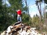 L'abruti du jour: Il met le feu à une montagne de bois recouvert d'essence