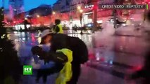 22 décembre 2018 : Des motards de la police violemment pris a partie par des gilets jaunes, n'hésite pas à les mettre en joue avec un pistolet (480p)