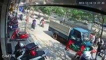 Hà Nội- Tài xế lái Toyota Vios mở cửa thiếu quan sát khiến một người đi xe máy bị ô tô tải đâm trúng_2