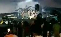 Un tsunami déferle pendant un concert d'un groupe de musique !