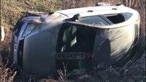 Report TV - Fier, makina del nga rruga në Fier dhe përfundon në kanal, plagoset shoferi