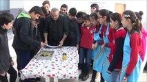 40 Yıl Önce Mezun Olduğu Okuldaki Öğrencilere Ebru Sanatını Öğretiyor