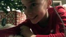 Un petit garçon place une caméra sous le sapin pour filmer discrètement le Père Noël