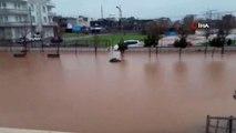 Dere taştı okul bahçesi göle döndü