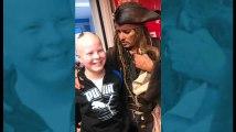 Johnny Depp, en «Pirate des Caraïbes», rend visite à des enfants atteints du cancer à l'Institut Curie à Paris