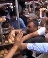 Des personnes se ruent sur de la nourriture en Turquie