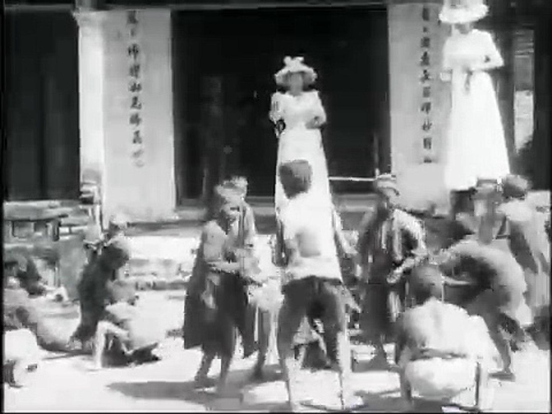 Auguste & Louis Lumière: Enfants annamites ramassant des sapèques devant la pagode des dames (19