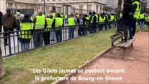 Bourg-en-Bresse : les Gilets jaunes se postent devant la préfecture