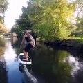 Un homme fait du foil à moteur sur une rivière